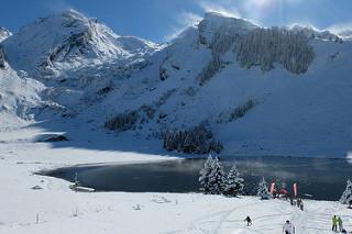 Lac des Confins sous la neige (Aravis)