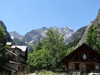 Pelvoux et Vallouise, deux villages idéaux pour explorer le parc national des Ecrins.