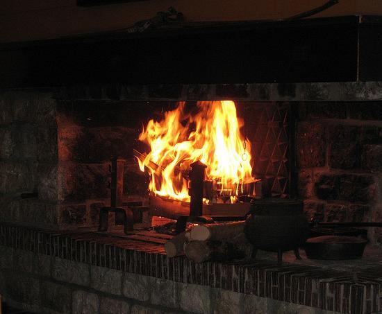 Au coin du feu de cheminée en amoureux